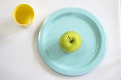 Φρέσκο πράσινο μήλο στο μπλε πιάτο Στοκ εικόνα με δικαίωμα ελεύθερης χρήσης