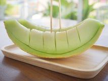 Φρέσκο πράσινο πεπόνι στο ξύλινο πιάτο Στοκ Εικόνες