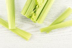 Φρέσκο πράσινο σέλινο στο γκρίζο ξύλο Στοκ φωτογραφία με δικαίωμα ελεύθερης χρήσης