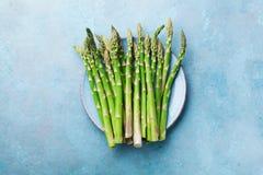 Φρέσκο πράσινο σπαράγγι κατά την μπλε τοπ άποψη κύπελλων Υγιής και οργανική τροφή διατροφής στοκ εικόνες