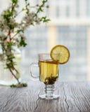 φρέσκο πράσινο τσάι Φλυτζάνι τσαγιού με το πράσινο φύλλο τσαγιού στον ξύλινο πίνακα Τσάι με το λεμόνι Στοκ φωτογραφίες με δικαίωμα ελεύθερης χρήσης