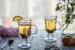 φρέσκο πράσινο τσάι Φλυτζάνι τσαγιού με το πράσινο φύλλο τσαγιού στον ξύλινο πίνακα Τσάι με το λεμόνι Στοκ εικόνες με δικαίωμα ελεύθερης χρήσης