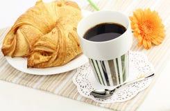φρέσκο πρωί καφέ croissants Στοκ φωτογραφία με δικαίωμα ελεύθερης χρήσης