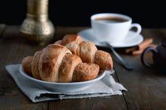 Πρωί croissants με τον καφέ στοκ φωτογραφία με δικαίωμα ελεύθερης χρήσης