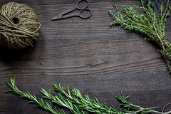 Φρέσκο πλαίσιο χορταριών στη σκοτεινή ξύλινη τοπ άποψη υποβάθρου Στοκ φωτογραφία με δικαίωμα ελεύθερης χρήσης