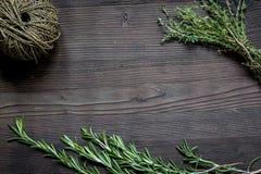 Φρέσκο πλαίσιο χορταριών στη σκοτεινή ξύλινη τοπ άποψη υποβάθρου Στοκ Φωτογραφία
