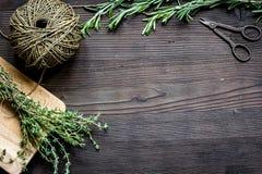 Φρέσκο πλαίσιο χορταριών στη σκοτεινή ξύλινη τοπ άποψη υποβάθρου Στοκ εικόνα με δικαίωμα ελεύθερης χρήσης