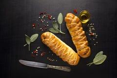 Φρέσκο πλεγμένο ψωμί με τη φασκομηλιά στοκ φωτογραφία