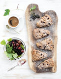 Φρέσκο ριβήσιο scones με τον καφέ και το κύπελλο στοκ φωτογραφίες