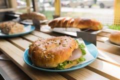 Φρέσκο σάντουιτς κουλουριών με το ζαμπόν, τυρί, μπέϊκον, ντομάτες, μαρούλι, γ Στοκ Φωτογραφίες