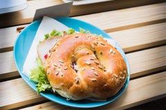 Φρέσκο σάντουιτς κουλουριών με το ζαμπόν, τυρί, μπέϊκον, ντομάτες, μαρούλι, γ Στοκ Φωτογραφία
