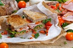 Φρέσκο σάντουιτς BLT με την ντομάτα μαρουλιού μπέϊκον και μοτσαρέλα σε τσαλακωμένο χαρτί Στοκ φωτογραφίες με δικαίωμα ελεύθερης χρήσης
