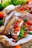Φρέσκο σάντουιτς BLT με την ντομάτα μαρουλιού μπέϊκον και μοτσαρέλα σε τσαλακωμένο χαρτί Στοκ φωτογραφία με δικαίωμα ελεύθερης χρήσης