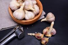 Φρέσκο σκόρδο στο φλοιό Στοκ Φωτογραφίες
