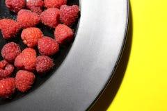 Φρέσκο σμέουρο στο πιάτο Στοκ φωτογραφία με δικαίωμα ελεύθερης χρήσης