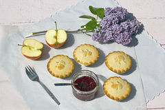 Φρέσκο σπίτι που γίνεται τις πίτες μήλων με τη μαρμελάδα μήλων και σμέουρων Στοκ εικόνα με δικαίωμα ελεύθερης χρήσης