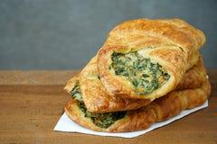 Φρέσκο σπανάκι croissant teak Στοκ Εικόνες