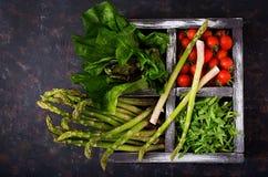 Φρέσκο σπαράγγι, ντομάτα arugula και μαρούλι στο ξύλινο κιβώτιο Στοκ Φωτογραφία
