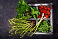 Φρέσκο σπαράγγι, ντομάτα arugula και μαρούλι στο ξύλινο κιβώτιο Στοκ εικόνες με δικαίωμα ελεύθερης χρήσης