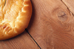 Φρέσκο σπιτικό κέικ φρούτων σε ένα ξύλινο υπόβαθρο Στοκ Εικόνες