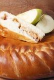 Φρέσκο σπιτικό κέικ φρούτων σε ένα ξύλινο υπόβαθρο Στοκ φωτογραφία με δικαίωμα ελεύθερης χρήσης