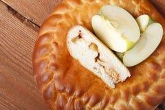 Φρέσκο σπιτικό κέικ φρούτων σε ένα ξύλινο υπόβαθρο Στοκ Φωτογραφία