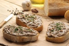Φρέσκο σπιτικό πατέ συκωτιού κοτόπουλου με τα χορτάρια για το ψωμί σε έναν φυσικό ξύλινο πίνακα Ένα σάντουιτς στοκ εικόνες