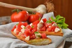 Φρέσκο σπιτικό τριζάτο ιταλικό antipasto αποκαλούμενο Bruschetta Στοκ φωτογραφία με δικαίωμα ελεύθερης χρήσης