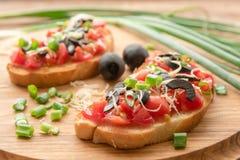 Φρέσκο σπιτικό τριζάτο ιταλικό Bruschetta με την ντομάτα, το σκόρδο και το βασιλικό στοκ εικόνα με δικαίωμα ελεύθερης χρήσης