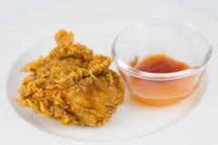 Φρέσκο, τηγανισμένο κοτόπουλο σε ένα άσπρο πιάτο Στοκ Εικόνες