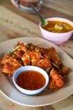 Φρέσκο τηγανισμένο κοτόπουλο σε ένα πιάτο που τίθεται σε έναν ξύλινο πίνακα. Στοκ Εικόνες
