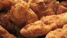 Φρέσκο τηγανισμένο κοτόπουλο σε ένα τηγάνι κοτόπουλο που τηγανίζεται απόθεμα βίντεο