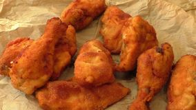 Φρέσκο τηγανισμένο κοτόπουλο σε χαρτί φιλμ μικρού μήκους