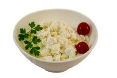 Φρέσκο τυρί εξοχικών σπιτιών στο άσπρο κύπελλο Στοκ Φωτογραφίες
