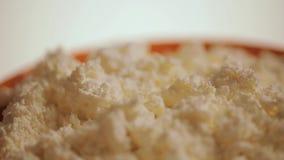 Φρέσκο τυρί σε ένα πιάτο απόθεμα βίντεο