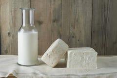 Φρέσκο τυρί φέτας με το μπουκάλι του γάλακτος Στοκ Εικόνες