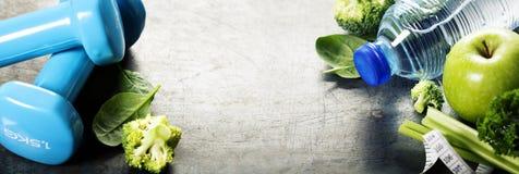 Φρέσκο υγιές λαχανικά, νερό και μέτρηση της ταινίας Υγεία και δ Στοκ φωτογραφία με δικαίωμα ελεύθερης χρήσης