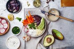 Φρέσκο υγιές χορτοφάγο κύπελλο για το μεσημεριανό γεύμα Στοκ Φωτογραφίες
