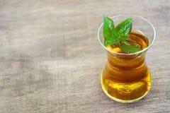 Φρέσκο υγιές peppermint τσάι σε ένα διαφανές γυαλί πράσινη μέντα φύλλων οργανικός στοκ εικόνες