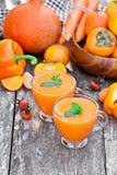 Φρέσκο υγιές pulpy κοκτέιλ με τα πορτοκαλιά φρούτα και τα μούρα και στοκ εικόνες