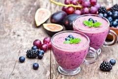 Φρέσκο υγιές pulpy κοκτέιλ με τα πορφυρά φρούτα και τα μούρα στοκ εικόνες