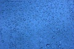 Φρέσκο υπόβαθρο των πτώσεων νερού στην μπλε επιφάνεια Στοκ εικόνα με δικαίωμα ελεύθερης χρήσης