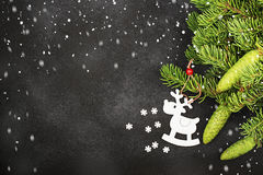 Φρέσκο υπόβαθρο χειμερινού νέο έτους με τους κλάδους και τα ελάφια έλατου Στοκ Εικόνες