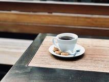 Φρέσκο φίλτρο/φιλτραρισμένος καφές με τις φυσαλίδες και τα μικρά μπισκότα στην οδό στοκ φωτογραφία
