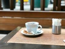 Φρέσκο φίλτρο/φιλτραρισμένος καφές με τις φυσαλίδες και τα μικρά μπισκότα στην οδό στοκ φωτογραφία με δικαίωμα ελεύθερης χρήσης