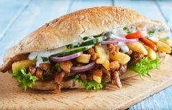 Φρέσκο φλοιώδες baguette με BBQ το βόειο κρέας και τα λαχανικά στοκ εικόνες με δικαίωμα ελεύθερης χρήσης
