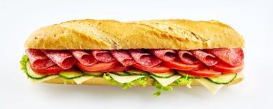 Φρέσκο φλοιώδες σάντουιτς σαλαμιού baguette στοκ φωτογραφία με δικαίωμα ελεύθερης χρήσης