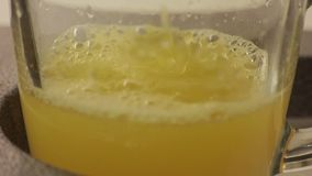 Φρέσκο χέρι χυμού από πορτοκάλι διαδικασίας φιλμ μικρού μήκους