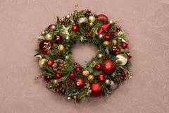 Φρέσκο χειροποίητο στεφάνι Χριστουγέννων που διακοσμείται με τις κόκκινους και χρυσούς διακοσμήσεις Χριστουγέννων, τους έλατο-κών Στοκ Εικόνα
