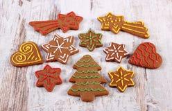 Φρέσκο ψημένο διακοσμημένο μελόψωμο για το χρόνο Χριστουγέννων στοκ εικόνα με δικαίωμα ελεύθερης χρήσης